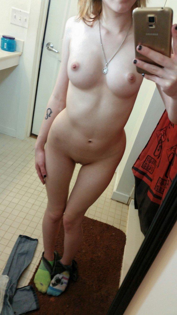 Студентки любуются без трусиков дойками перед зеркалом секс фото