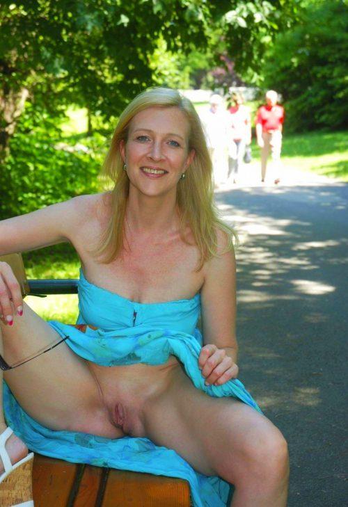 Милфы показала голые вагины в публичных местах