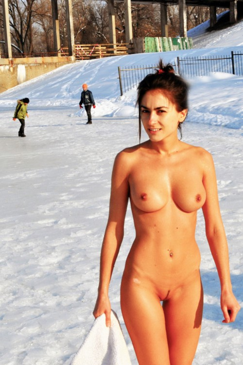 Голые сибирячки хвастаются сиськами зимой на улице