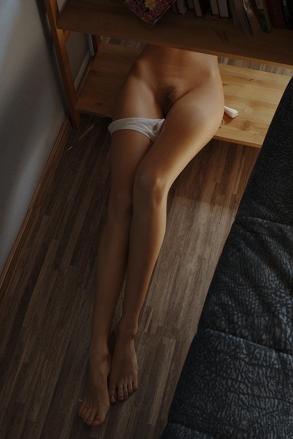 Ню телки с милыми ногами оголяют сокровенные места