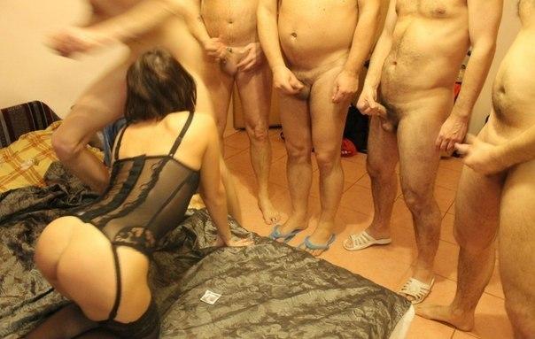 Модель с темными волосами целует и подставляет растянутые дырочки для пареньков