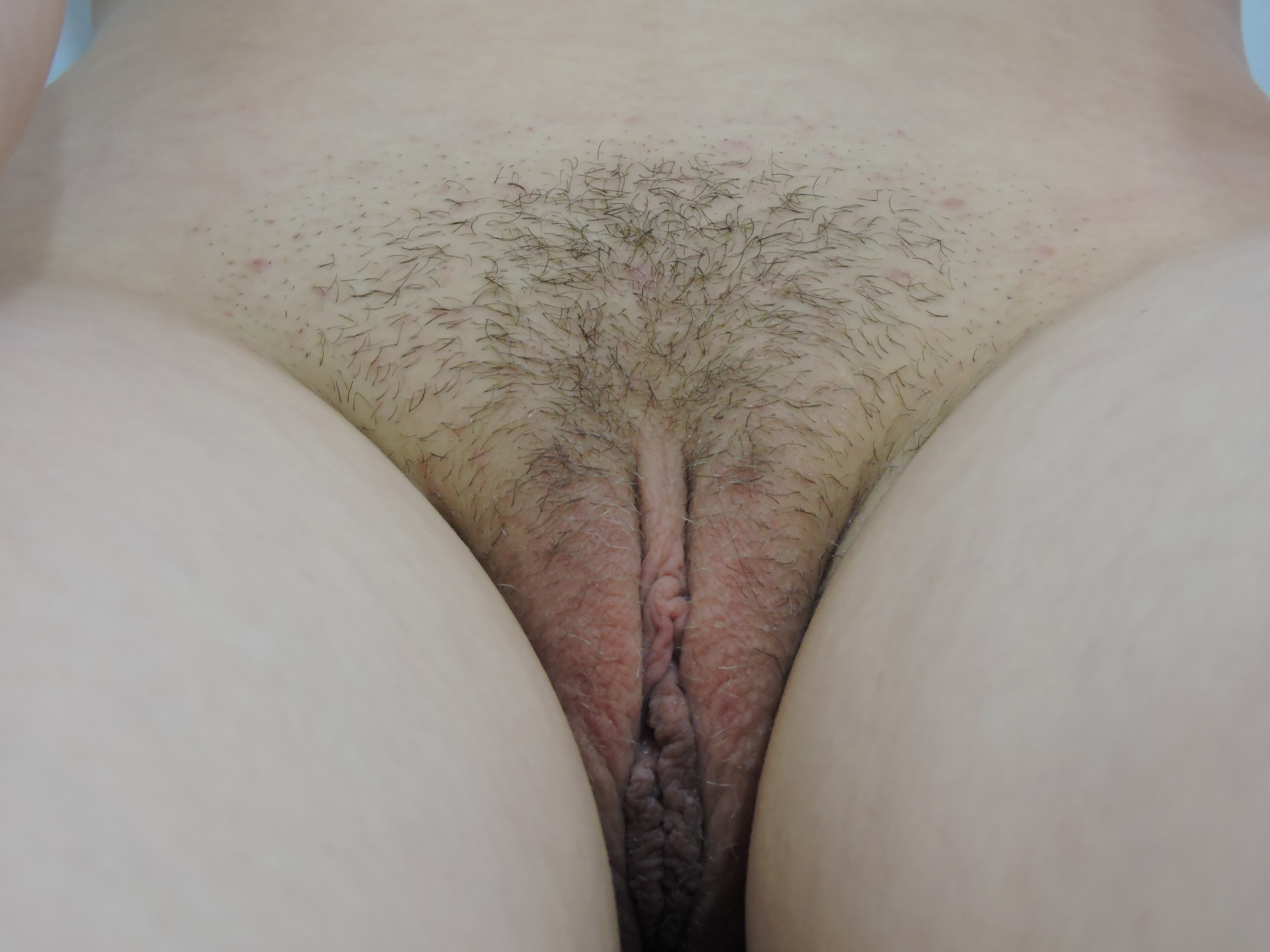 Шатенка снимается буферов и пилотки перед зеркалом секс фото
