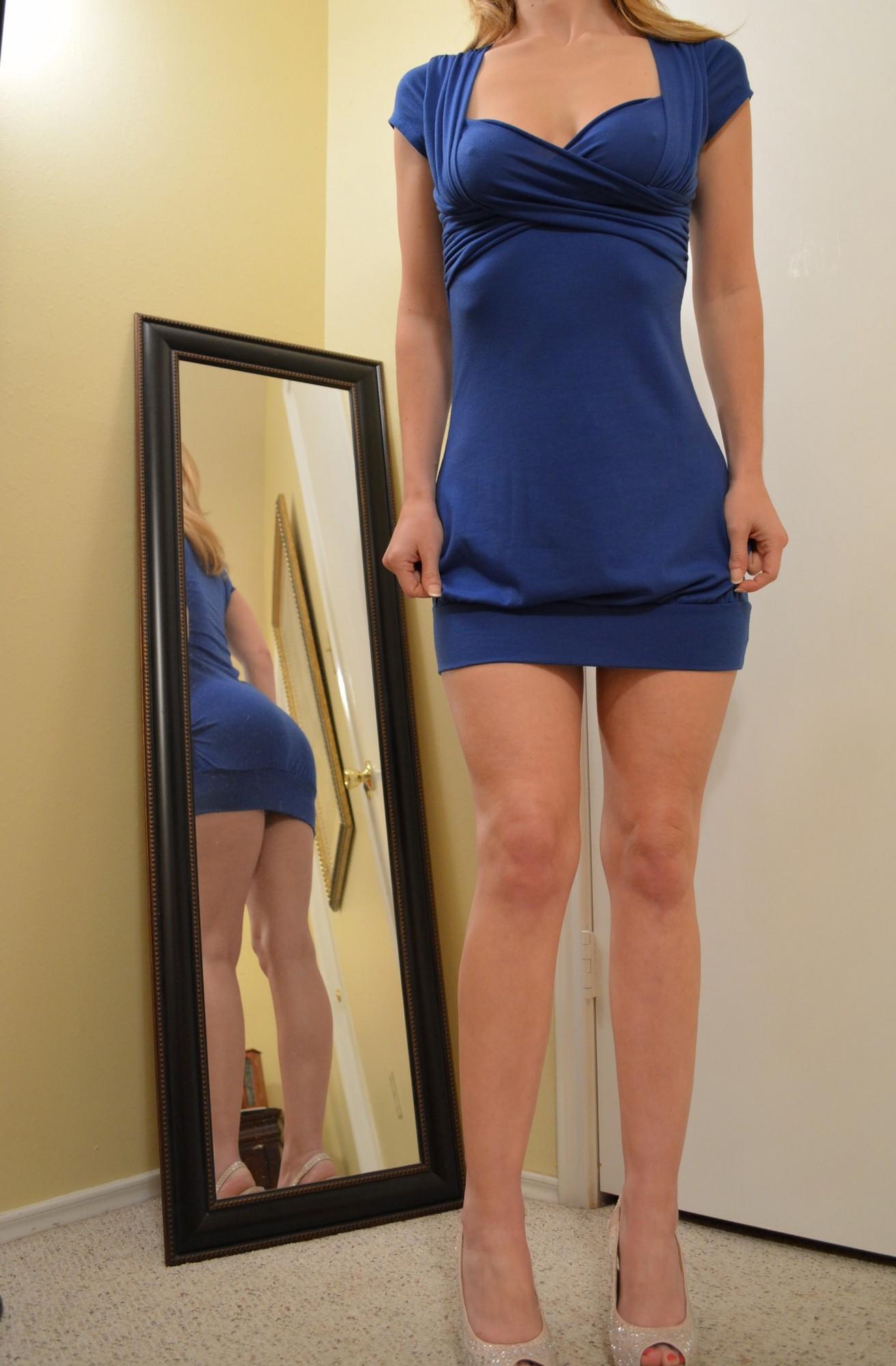Перед тем как мастурбировать на полу красотка снимает синее платье