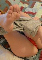 Жопастая кокетка снимает красные трусы и мастурбирует самотыком на кровати 2 фотография