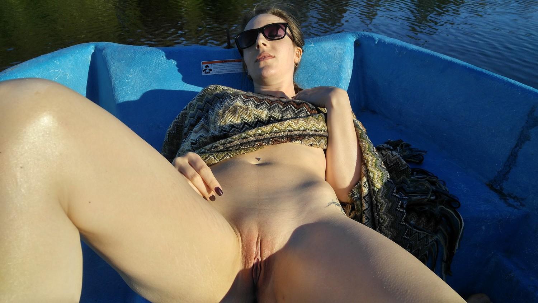 Кобыла проветривает пизду во время прогулки на лодке