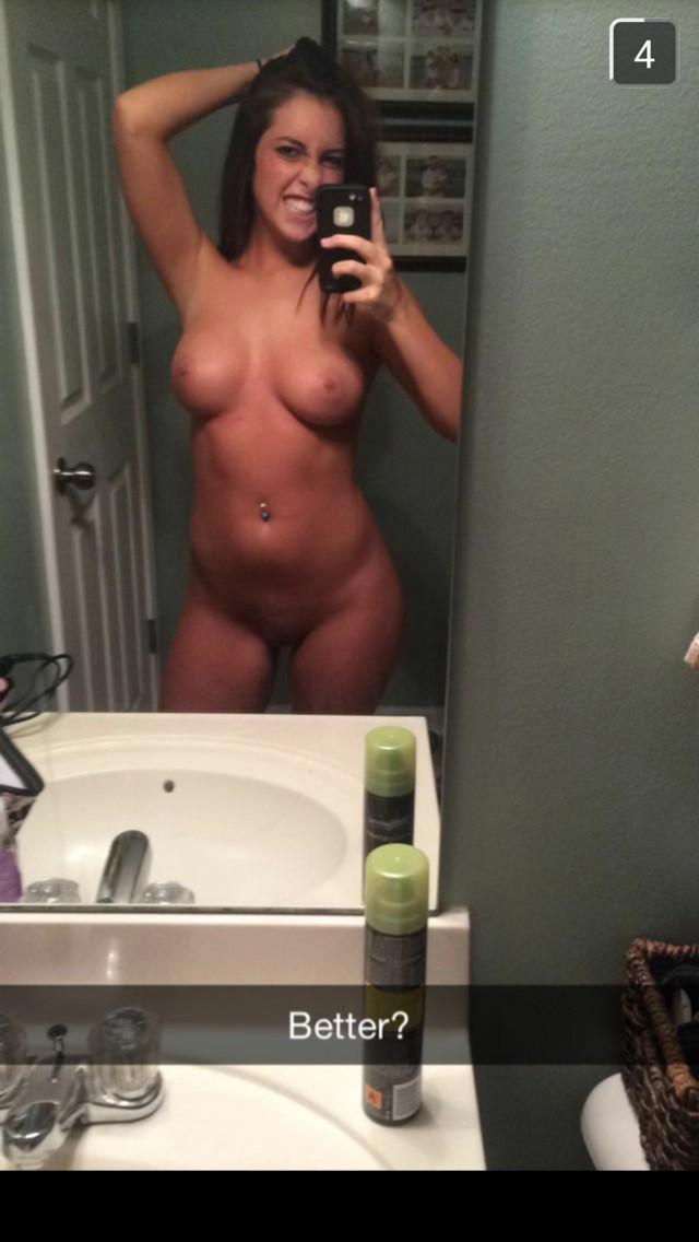Кобыла с прекрасными сиськами и пирсингом сделала селфи секс фото