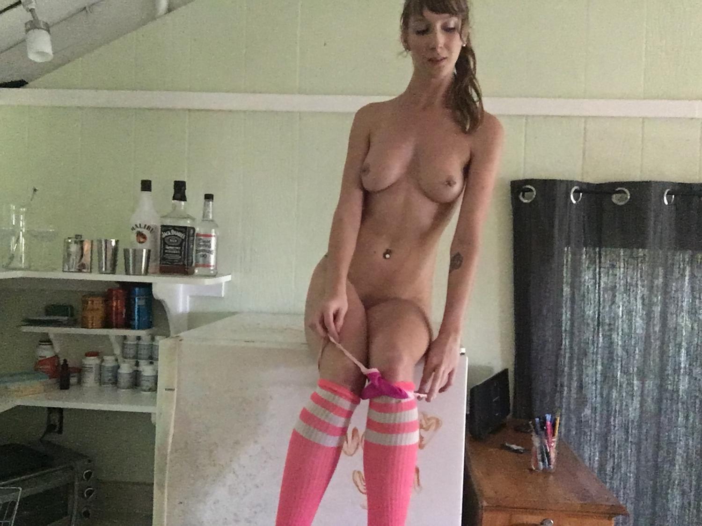 Милашка с пирсингом в сосках вогнала секс игрушку в киску