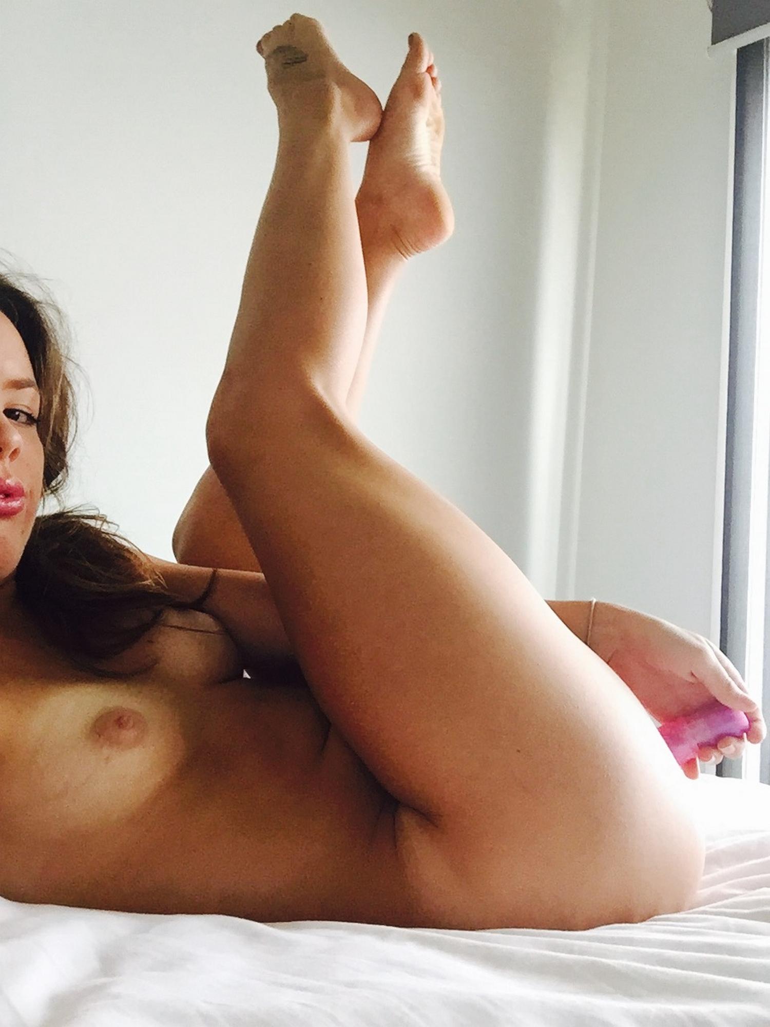 Спортсменка оголила в спальне жопу и облизнула секс игрушку