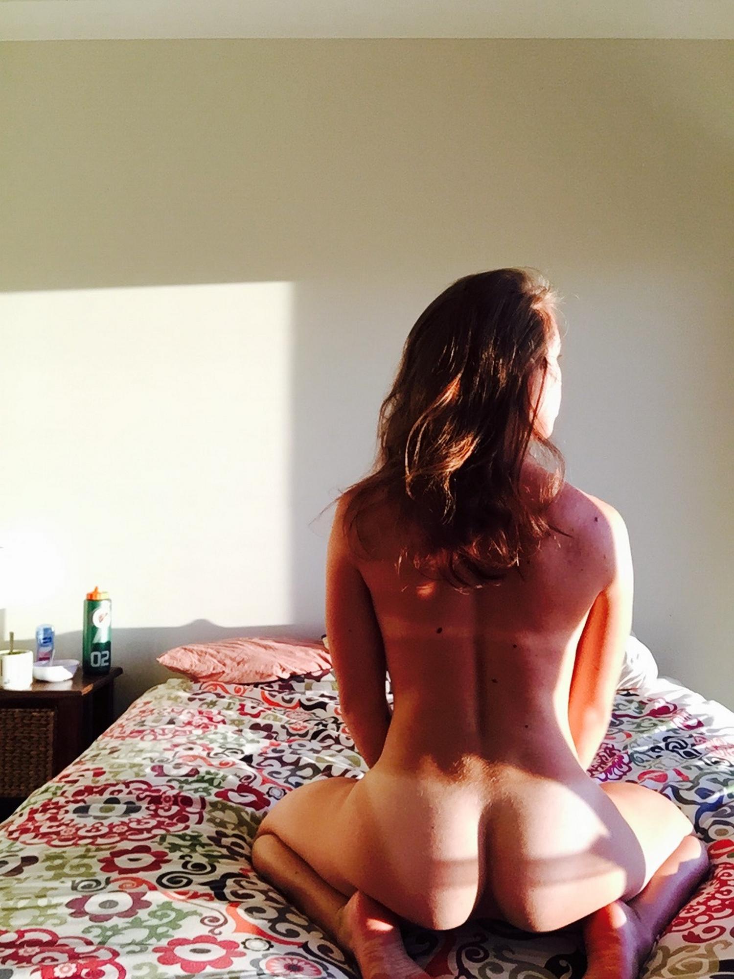 Восемнадцатилетняя нимфа прогуливается голой по квартире
