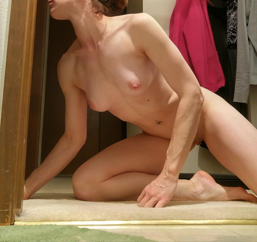 Девушка с крепким прессом показывает дома голые титьки