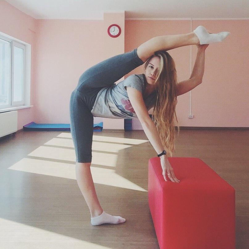 Совершеннолетние спортсменки блистают рельефными животами и упругим бюстом