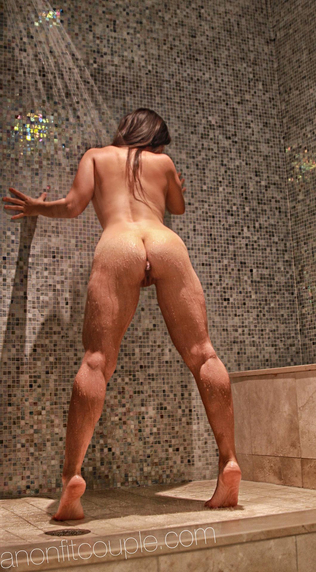 Спортсменки блистают полными жопами и разработанными дырками