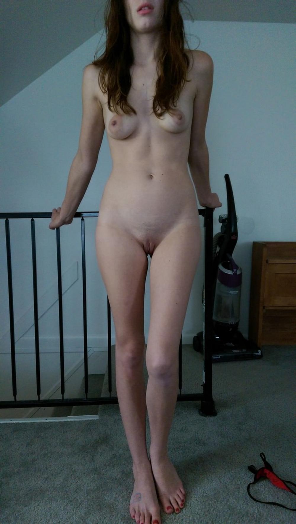 Сучка с набухшими сосками сняла одежду у лестницы и опустилась на пол