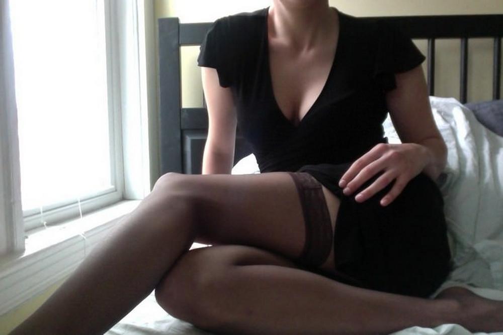 Мама в черном белье широко развела ноги и гладит киску пальцами секс фото