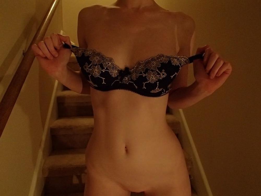 Нимфа засветила привлекательные буфера и аппетитную попку у лестницы секс фото