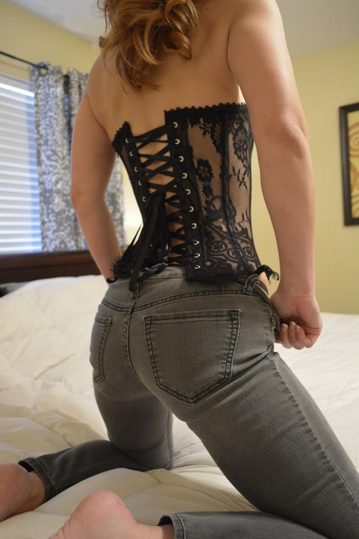 Грациозная жена эротично оголилась на постели и обнажила мокренькую писю