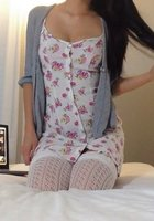 Девушка снимает цветное белье и позирует голой в постели около ноутбука 2 фотография