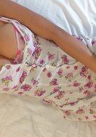 Девушка снимает цветное белье и позирует голой в постели около ноутбука 5 фотография