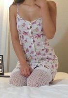 Девушка снимает цветное белье и позирует голой в постели около ноутбука 10 фотография