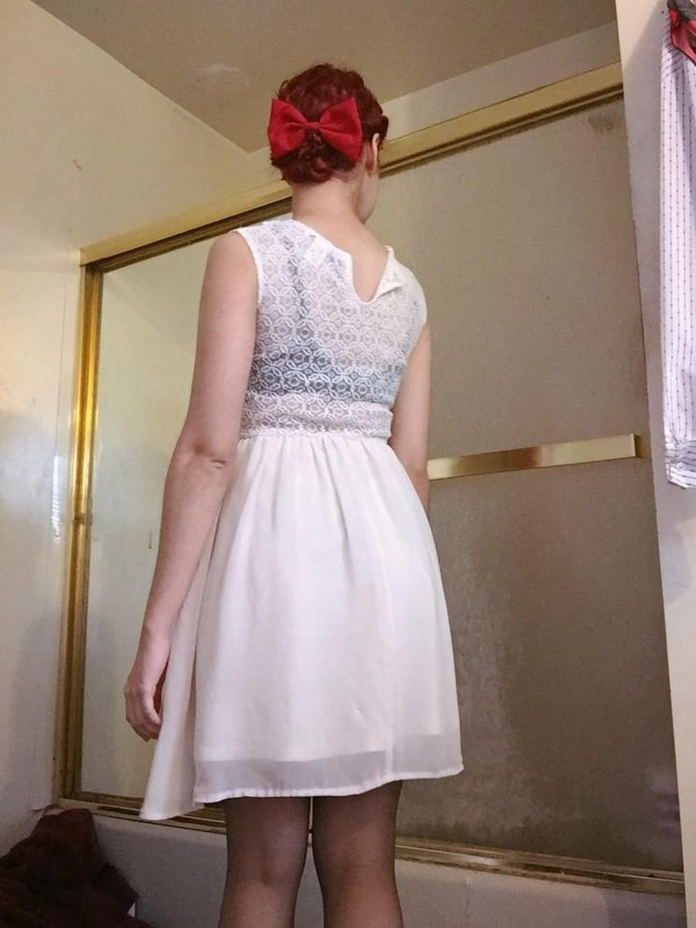 Сисястая девка в стиле пинап задрала платье и продемонтстрировала приличную сраку