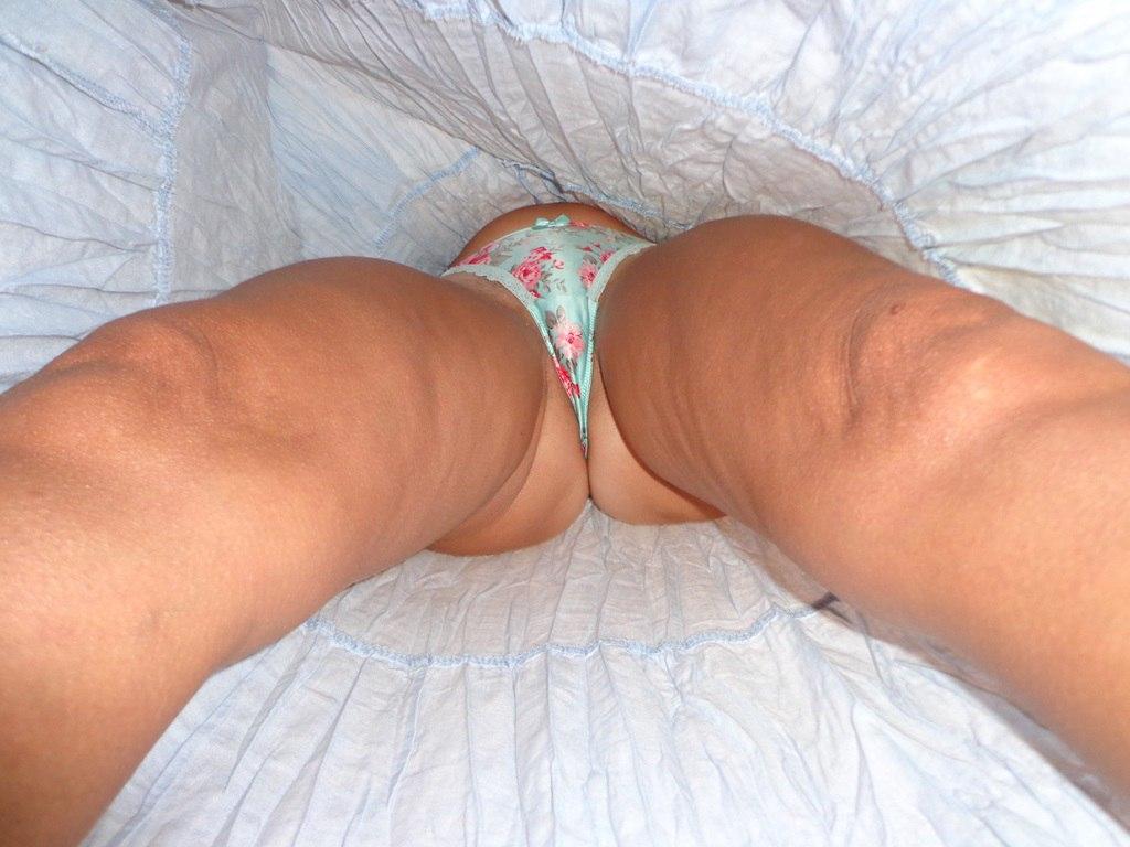 Девушки раздвигают ноги и показывают сочные киски