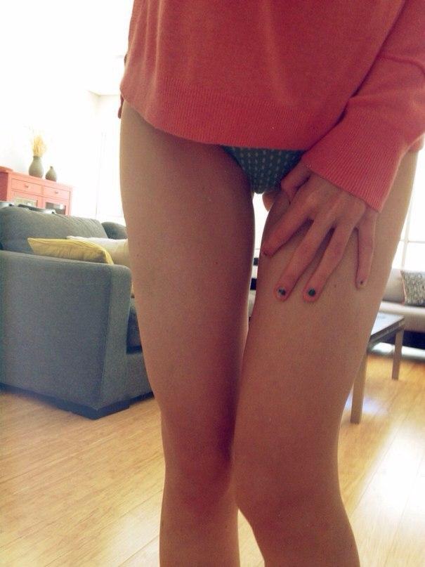 Стройные нимфы любуются красивыми ножками