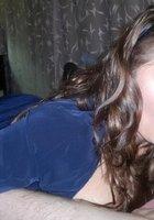 Молодая шатенка с кольцами на пальцах берет член в рот в спальне 5 фотография