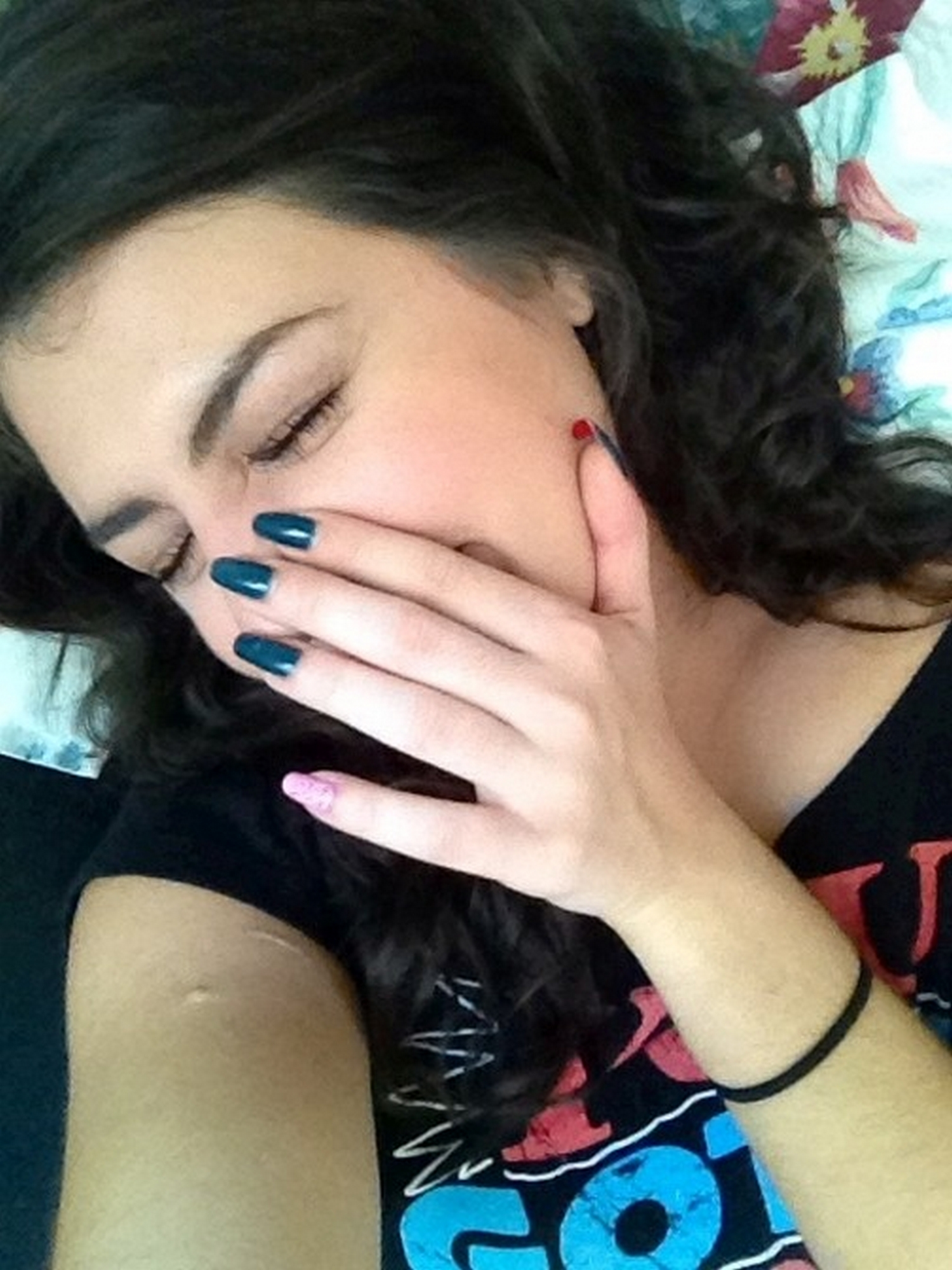 Темненькая девушка мнет титьки пальцами и показывает нагую жопу смотреть эротику