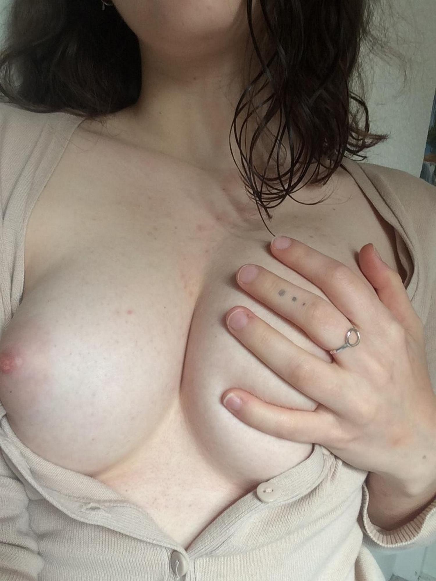 Телка с узким очком трахает вагину черным дилдо