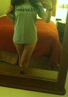 Фитоняшка с интим стрижкой делает эротичные селфи перед зеркалом 3 фотография