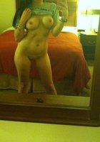 Фитоняшка с интим стрижкой делает эротичные селфи перед зеркалом 5 фотография