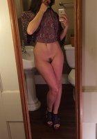 Фитоняшка с интим стрижкой делает эротичные селфи перед зеркалом 10 фотография
