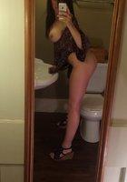 Фитоняшка с интим стрижкой делает эротичные селфи перед зеркалом 13 фотография