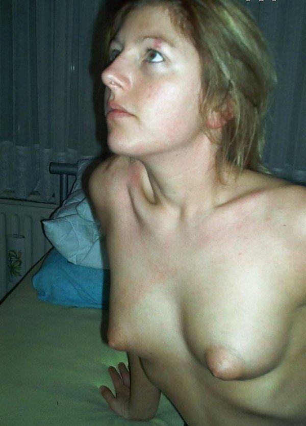 Жирная особа щеголяет по квартире в чулках и бикини