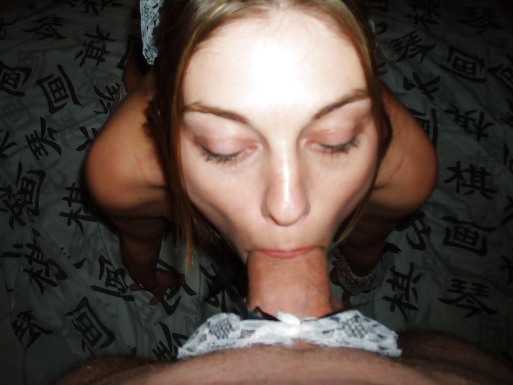 Телка в белых чулках мастурбирует киску на глазах у парня