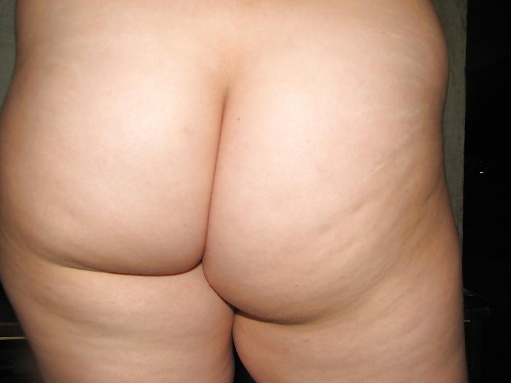 Брюнетистая жируха в любительском доме бахвалится большими титьками