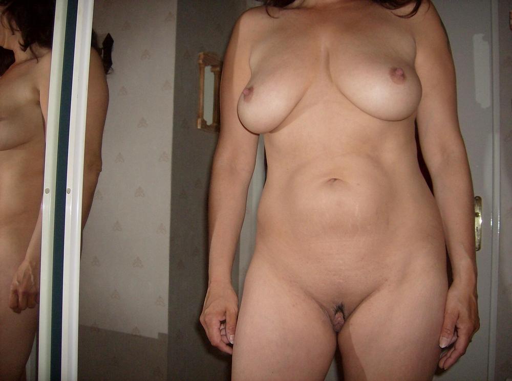 Мамочка с громаным клитором трахает киску секс игрушками