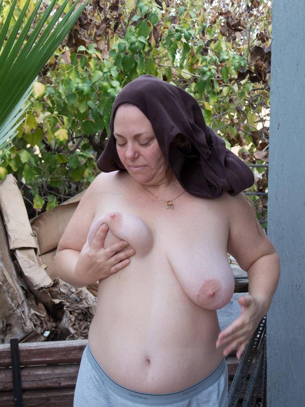 Упитанная тетка во дворе хвастается лохматой пиздой