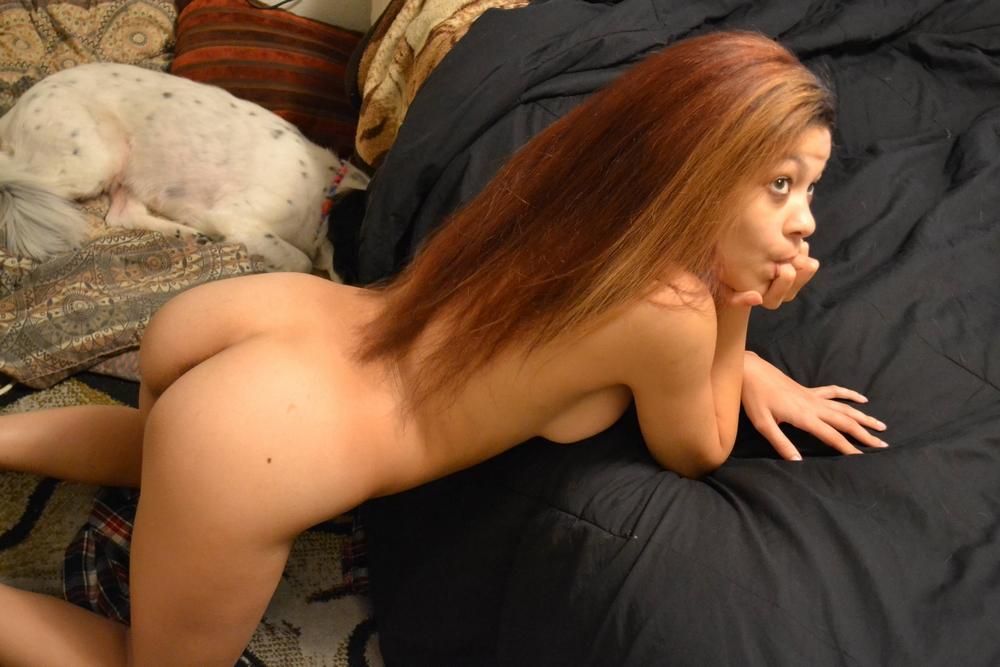 Кучерявая мулатка бахвалится писькой у себя дома секс фото