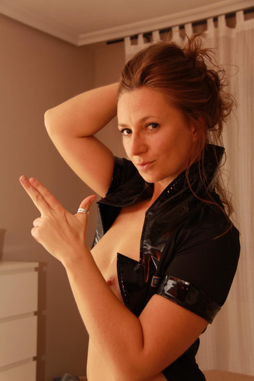 Возбужденная полицейская с натуральными дойками снимает лифчик в номерах отеле смотреть эротику