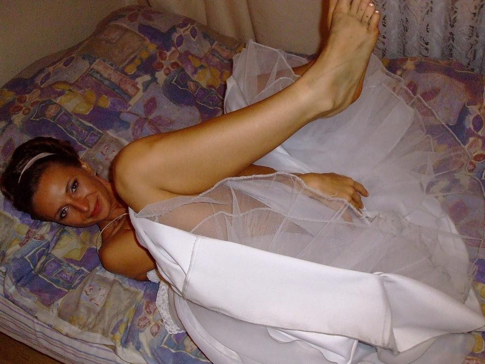 Обычная девушка не прячет сиськи находясь у себя дома