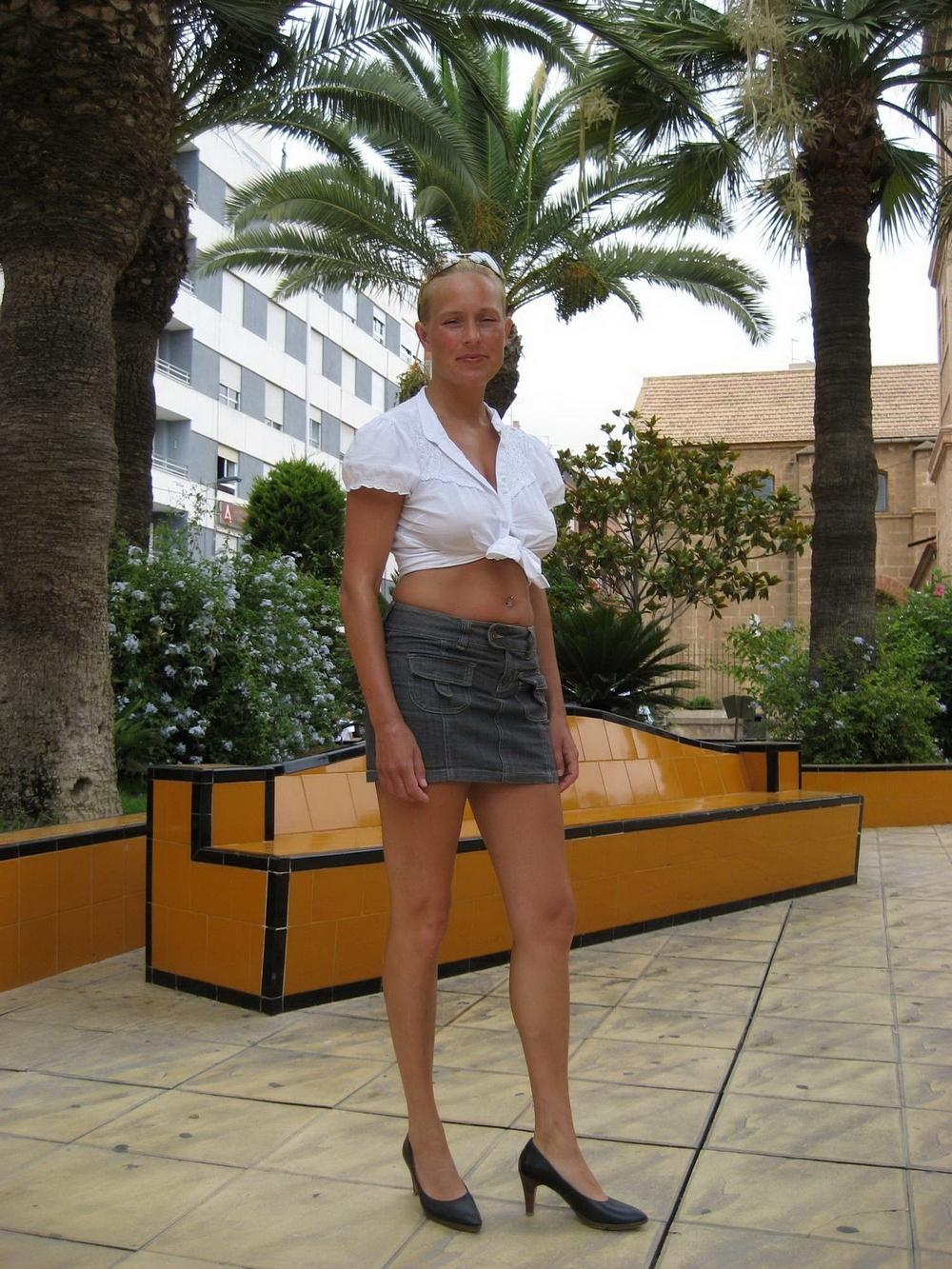Блондинка жаждет загорать без трусиков на курорте