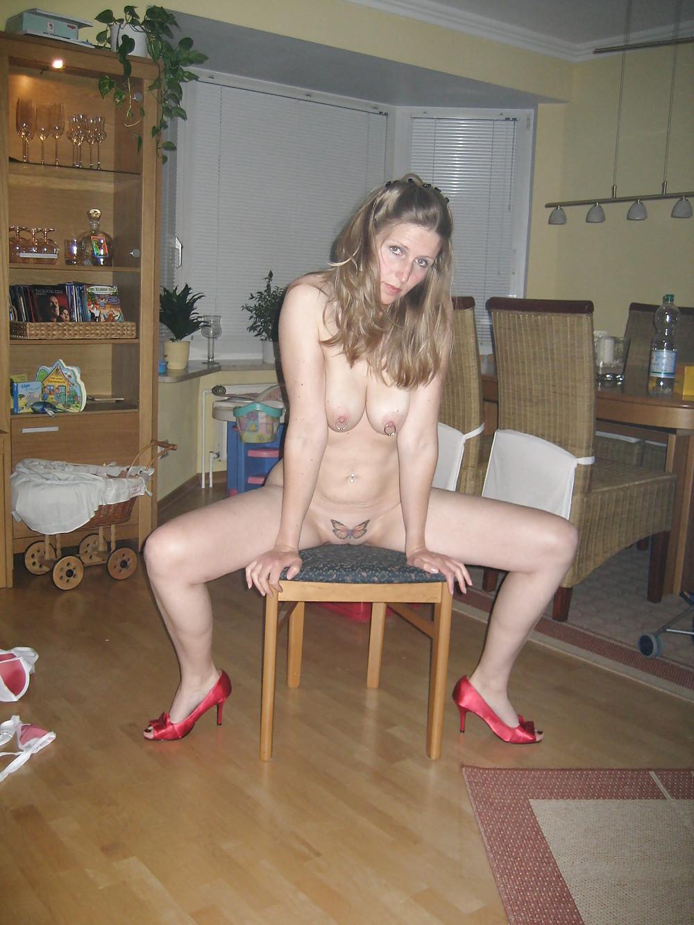 Зрелая с тату на писе светит побритой писькой в различных позах секс фото