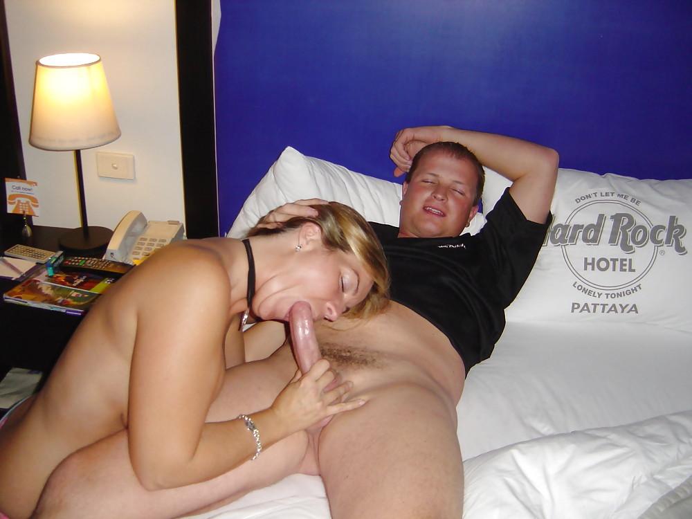 Малайка играется с женой перед межрасовым интимом втроем
