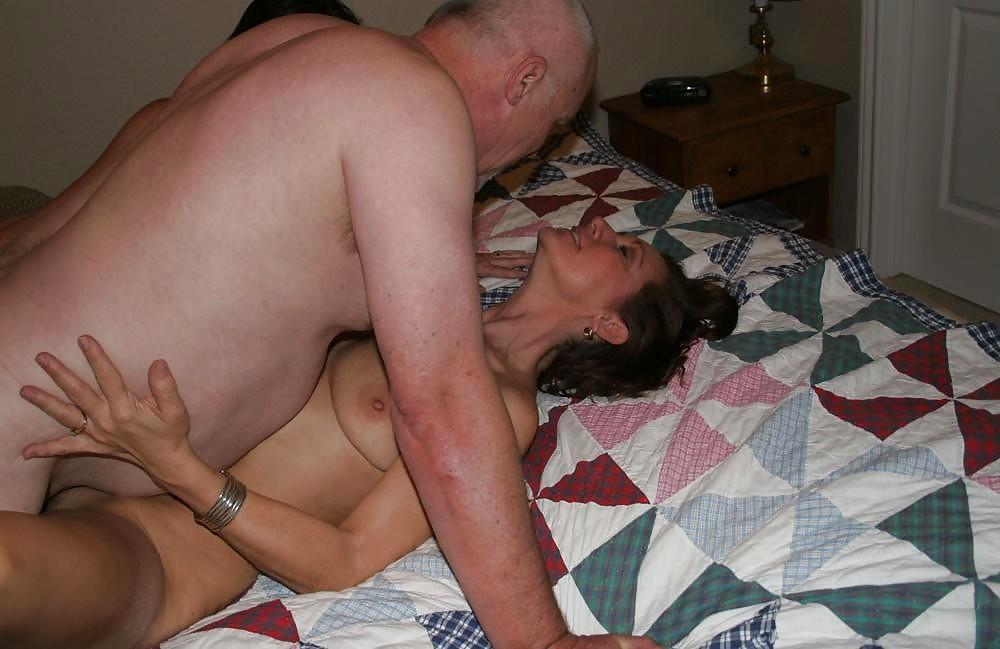 Седой старик со зрелками на кровати занимаются сексом втроем 17 фотография