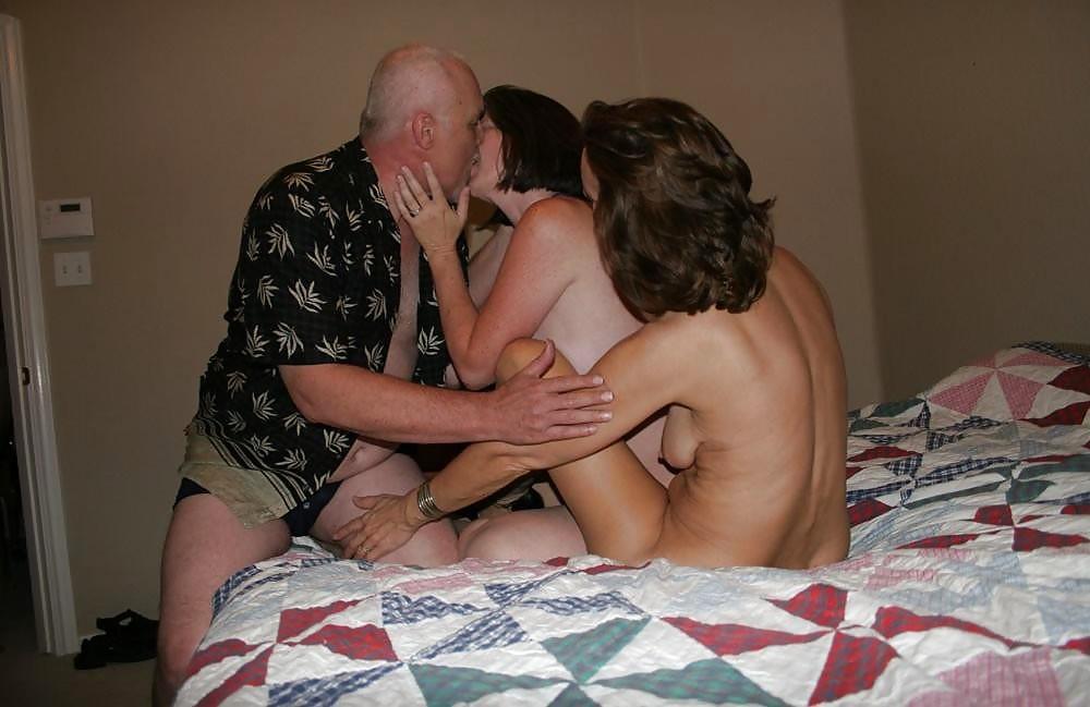 Полный старик в кровати занимается сексом с Двумя давалками секс фото