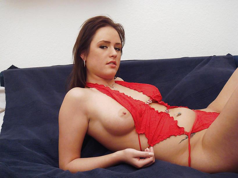 Молодая милашка мастурбирует самотыком бритую киску