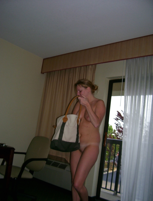 Загоревшая мама у себя в квартире бахвалится небритой писькой