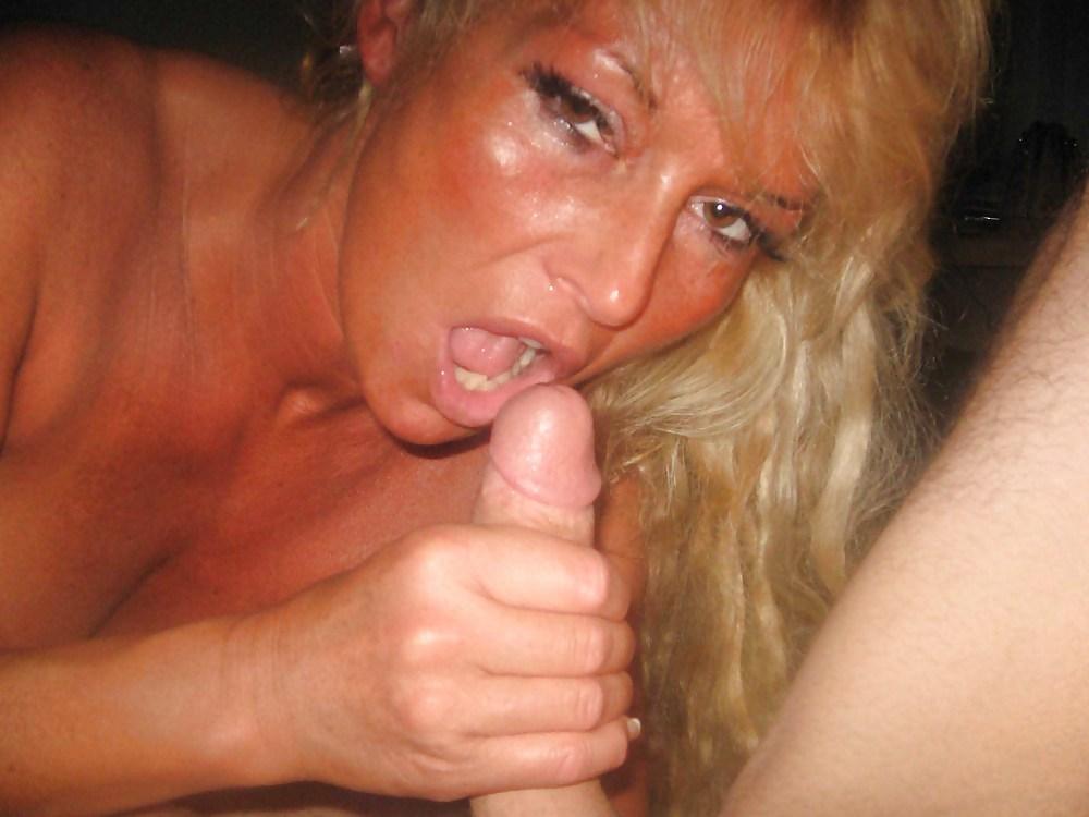Зрелая блондинка во всей красе показывает мокрую письку