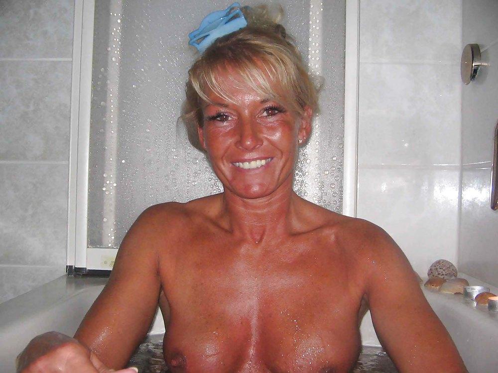 49 Летняя представительница слабого пола жаждет светить на камеру голую писю и титьки